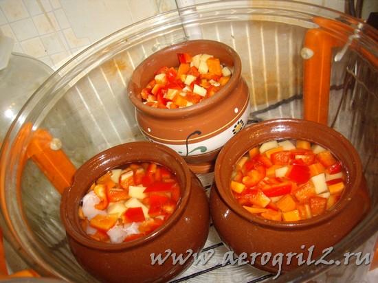 Овощи с курицей в горшочках